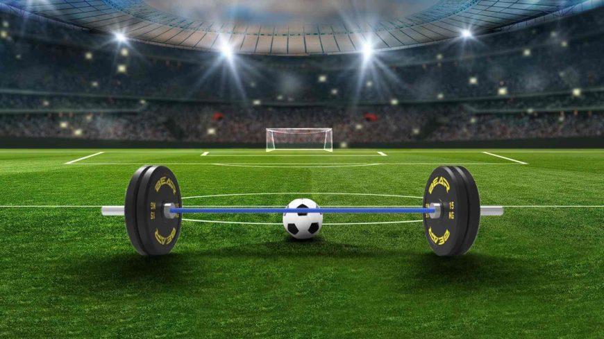 Visto da davanti, il pallone è un bumper plate: calcio e allenamento funzionale.
